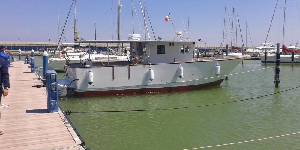 V barca in vetroresina inferiore